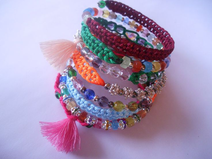 Kunterbuntes Spiralarmband von Bastel-DW-Fee auf DaWanda.com Dieses Armband wurde in liebevoller Handarbeit hergestellt.  Verwendete Materialien :  -Memory Wire Draht -Spacer Perlen -Glas Perlen -Spacer -Strass Rondelle -Cateye Perlen  -Macrame Band