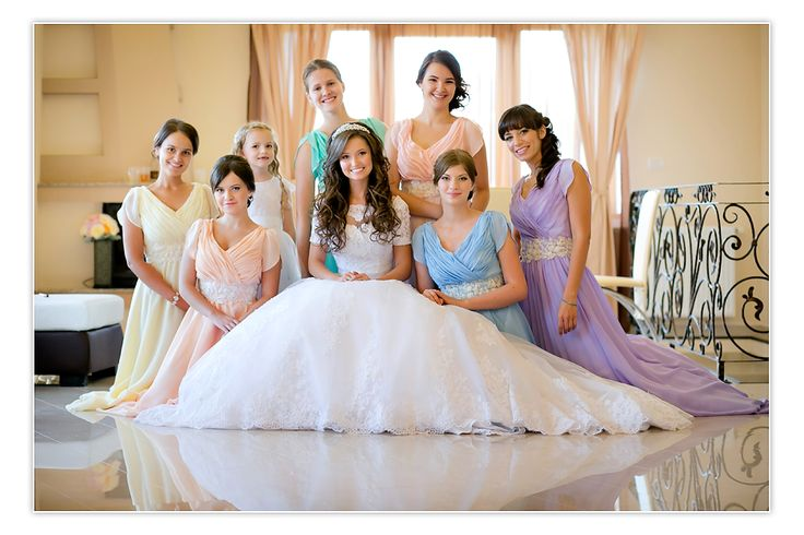 Bride and bridesmaids must-have photo!!❤️