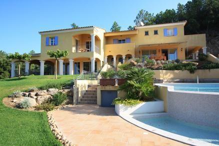 """Villa """"Le Bastidou"""" (Le Muy) - Luxe en ruime familievilla met privé zwembad. De villa ligt op een exclusief domein in de heuvels op 15 minuten autorijden van de badplaats Sainte-Maxime. Vanuit de villa heeft u een fraai panoramisch uitzicht over het Provençaalse achterland. Door de ruime opzet en indeling van de slaapkamers is deze villa bij uitstek geschikt voor een vakantie met meerdere gezinnen. De villa is geschikt voor 12 volwassenen en 3 baby's."""