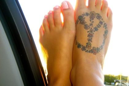 peace sign with flowers on foot    http://pinterest.com/treypeezy  http://twitter.com/TreyPeezy  http://instagram.com/OceanviewBLVD  http://OceanviewBLVD.com