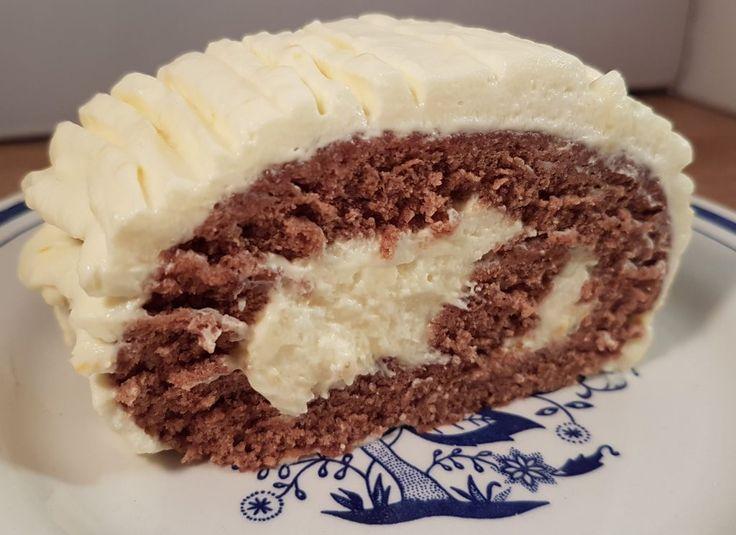 Zelf verzonnen recept voor Kerstmis. Luchtige, platte, opgeroldechocolade cake gevuld met sinaasappel - mascarponemousse. Maak de cake klaar Klop de eier