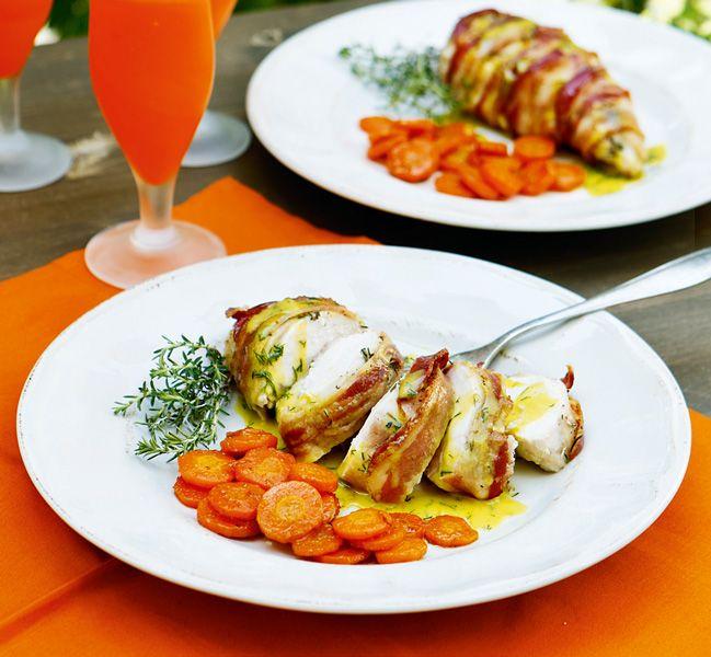 Ζουμερό φιλέτο κοτόπουλο και τραγανό μπέικον, ο συνδυασμός που μαγεύει! Για περισσότερη νοστιμιά περιχύνετε το φιλέτο με λαδολέμονο και συνοδεύετε με καροτάκια μαγειρεμένα με τη μαροκινή συνταγή.