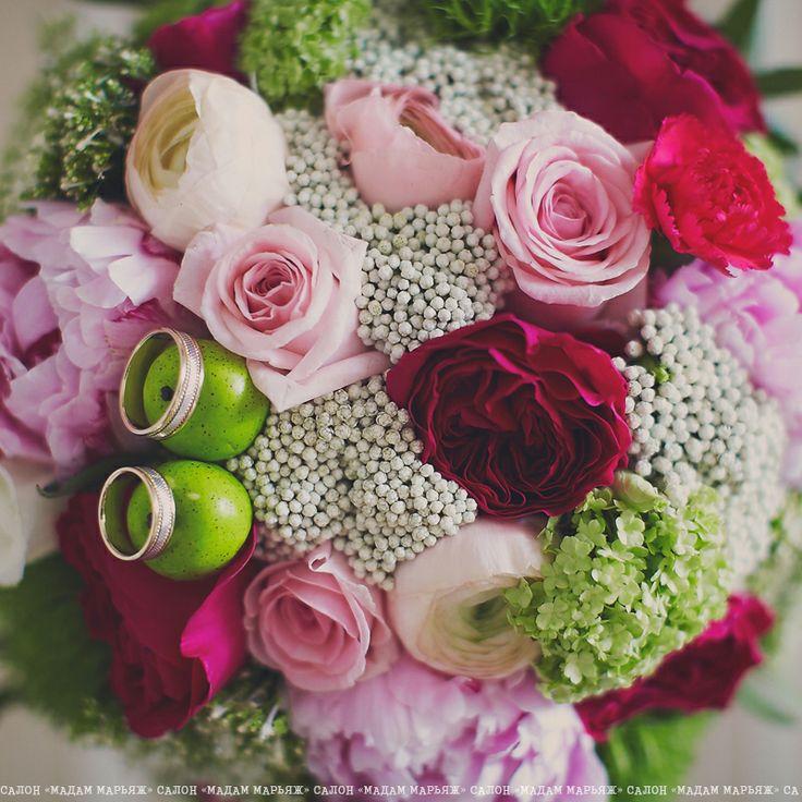 Букет - полное отражение всех цветов свадьбы, а яркий цвет фуксии нашел себя в ажурных розочках. Ну и конечно маленькие яблочки, как символ торжества!