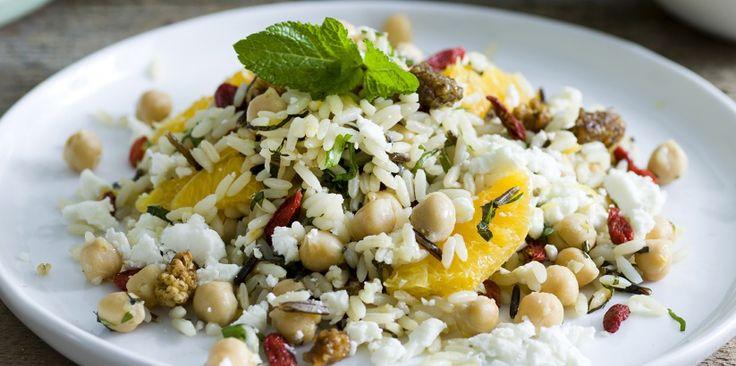 Salade van kikkererwten, feta en wilde rijst met gojibessen en moerbei | Simply you