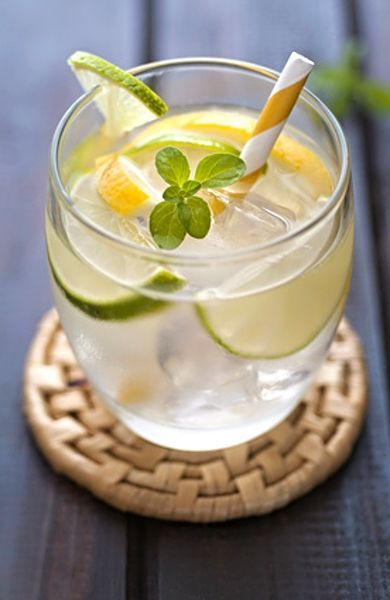 Skvělé letní osvěžení, v domácích podmínkách vyrobená limonáda z citronů, krupicového cukru, jemně nastrouhaného zázvoru, lístků máty a samozřejmě vody.