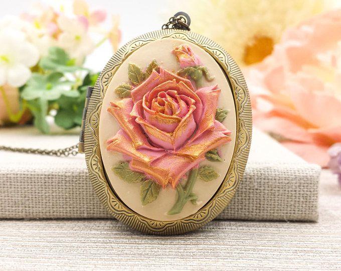 Rose Cameo medaillon HALSKETTING, Golden Hand geschilderd stoffige roze grote bloemen ovale foto medaillon Necklace, Victoriaanse, Edwardiaanse stijl, cadeau voor haar