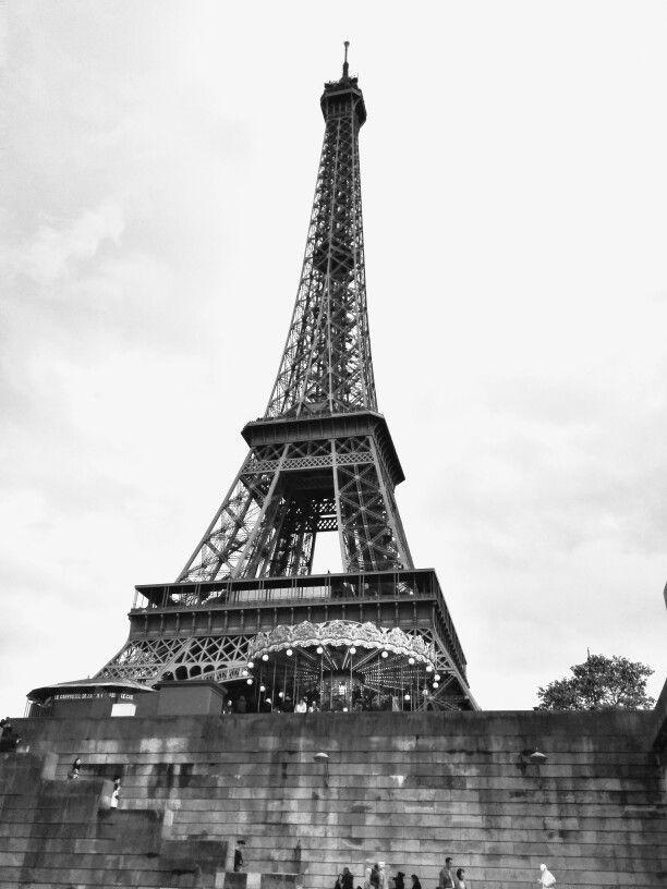 L'immensità della Tour Eiffel a Parigi. #Viaggi #arte