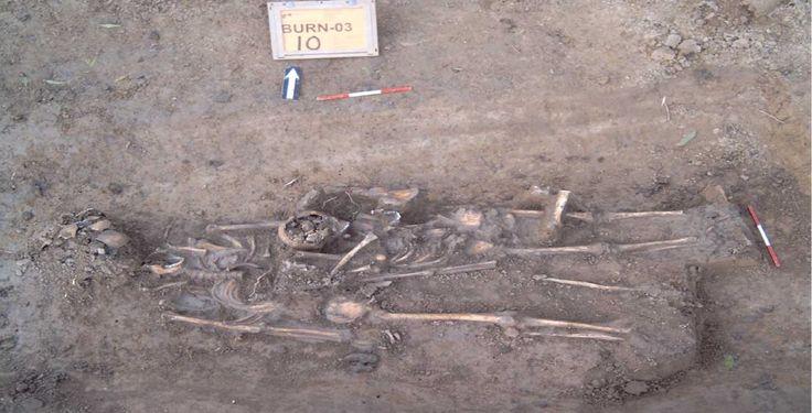 Twee skeletten van het middeleeuwse grafveld dat dateert van voor de aanleg van de Blatumsedijk (13e eeuw). Bron: ADC ArcheoProjecten, Amersfoort
