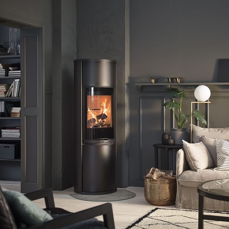 The Contura 690 give the majestic impression of the tiled stove with the advantages of the modern stove; it displays a proper fire high above the floor. #logburner #woodburner #tiledstove #bigstove #livingroom #interiorideas #madeinsweden #contura600 #conturastyle