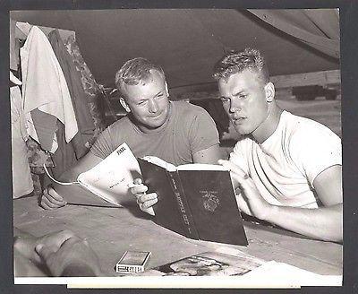 "1955 Press Photograph Aldo Ray & Tab Hunter in ""Battle Cry"" *782"