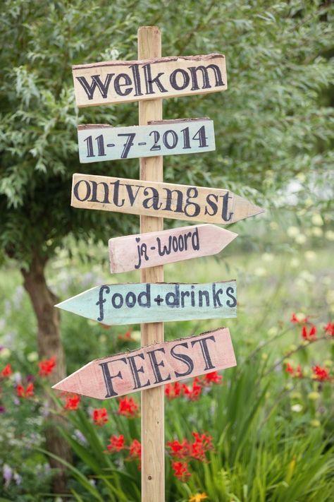 Wegwijzerbordjes op je bruiloft | Trouwen op een boerderij in Schinnen | ThePerfectWedding.nl | Fotocredit: Sanne van de Berg Fotografie