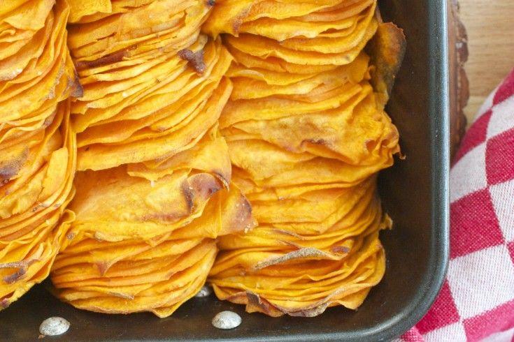 Dit goddelijke recept voor crispy sweet potato roast, oftewelgeroosterde zoete aardappel,komt uit deFoodWeLove box van juni, samengesteld door food-trendwatcher Marjan Ippel.Deze boxstaat in het teken van 'add some flavour', en verder zeggen we lekkers niets: het moet tenslotte een beetje een verrassing blijven.Bestellen dus, die box. Verwarm de oven voor op 220 C. Schil de …