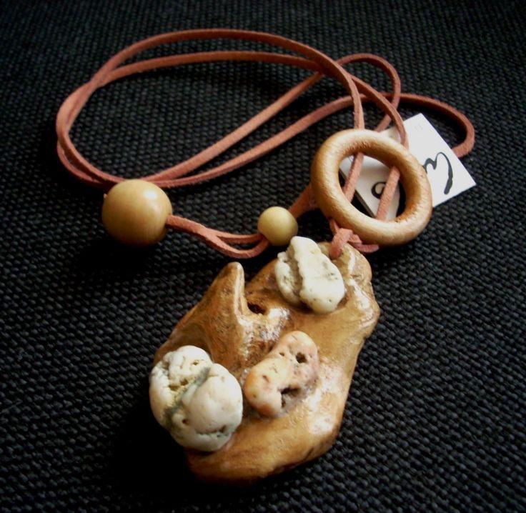 Dunai kővel díszített medál/wood and stone