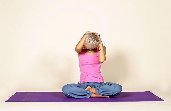 Расслабляем мышцы шеи вместе с Аленой Мордовиной.  Сидячий образ жизни и частые стрессы приводят к постоянному напряжению мышц шеи. Чтобы это не стало причиной хронических головных болей и многих серьезных недугов, выполняйте упражнения для расслабления шейных мышц. Испытывая стресс — напрягаясь, пугаясь или расстраиваясь — мы стремимся сжаться, подтягиваем плечи к ушам, сдавливая шейные позвонки. Длительное сидение в неправильной позе на рабочем месте неизбежно формирует искривление…