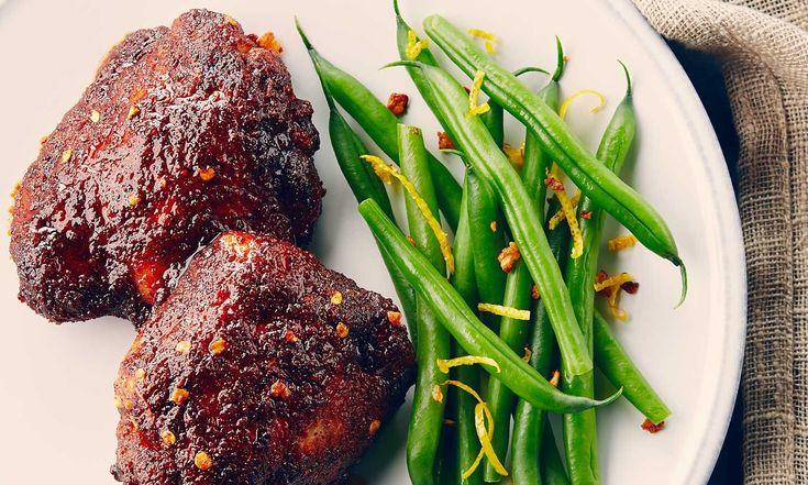 Vous n'avez pas besoin d'un barbecue pour savourer ces délicieuses cuisses de poulet badigeonnées de miel.