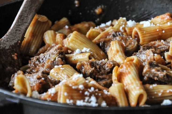 Ριγκατόνι με ραγού Genovese από τον Άκη Πετρετζίκη. Φανταστική συνταγή για ζυμαρικά με σάλτσα από ραγού genovese. Θα τα λατρέψουν μικροί & μεγάλοι. Δοκιμάστε τα