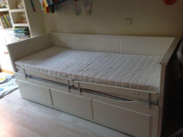 Divan y cama nido de color blanco. Incluyo dos colchones y tres cajones de gran dimensiones. Está en perfecto estado.Se puede utilizar tanto como cama individual, cama doble, lugar de almacenaje o sofá.