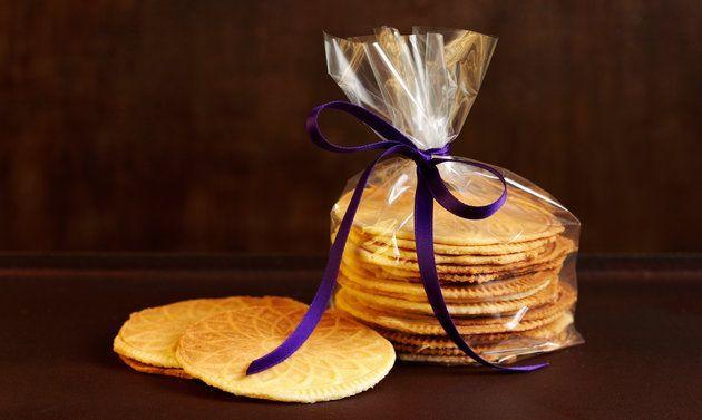 Pour préparer des bricelets, savoureux biscuits suisses, il suffit d'une recette facile pour la pâte, d'un fer à bricelets et d'un peu de patience.