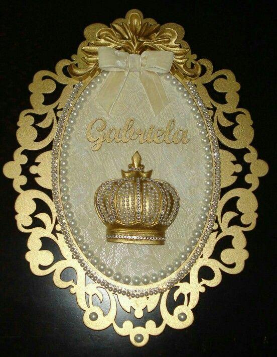 Enfeite para porta de maternidade ou quarto do bebê. Dourado, com renda. Um luxo! Medida 38cm x 30cm