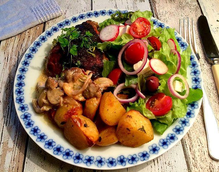 Den seneste uges tid har jeg haft virkelig lyst til kylling, men så er der hele tiden kommet noget i vejen på den ene eller anden måde. I dag skulle det så endelig være - lækre kødfulde overlår med sprødt skind i en cremet sovs med dijonsennep. Her til en grøn salat med feta og lækre oliv....