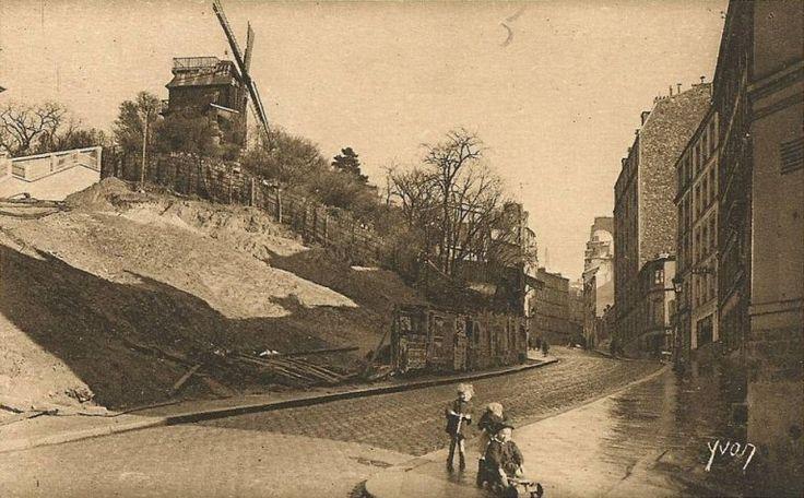 rue Lepic - Paris 18e - La rue Lepic au pied du Moulin de la Galette, vers 1930 (?) (ancienne carte postale).