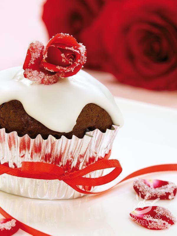 Muffins di San Valentino al cacao e nocciole I Muffins di San Valentino al cacao e nocciole sono dei dolcetti che renderanno una cenetta romantica davvero speciale. Belli da vedere e buonissimi! #muffins  #muffindisalvalentino #muffinalcacao
