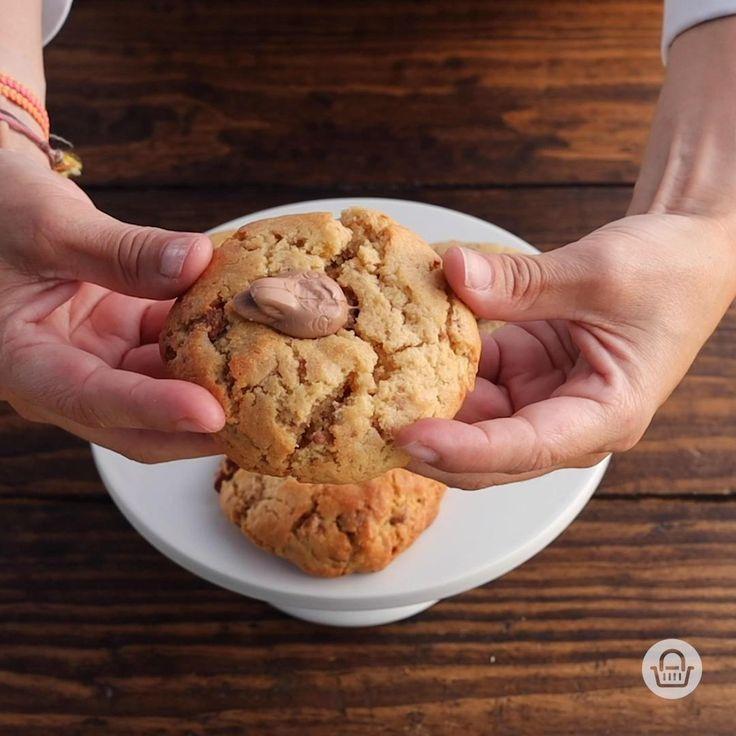 Sólo necesitas seguir el paso a paso y estos ingredientes: 🍪 1 1/2 Taza de harina. 🍪 90 gr. De mantequilla. 🍪 1/4 De taza de azúcar. 🍪 1/4 De taza de azúcar morena. 🍪 2 Huevos. 🍪 1 Cucharadita de polvo para hornear. 🍪 1/2 Taza de conejito Turín picado.  #InspírateEnCasa Chocolate Brownies, Chocolate Chip Cookies, Cute Food, Cupcake Cookies, Catering, Deserts, Food And Drink, Tasty, Treats