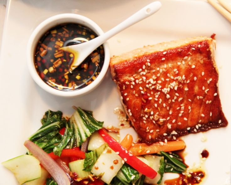 Laks med sesamfrø, soyasaus og lun pak choysalat