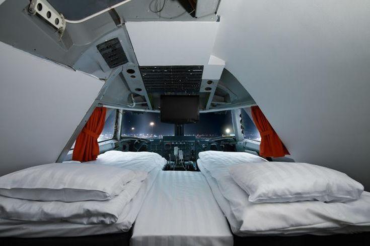 C'est un hostel un peu particulier que le Jumbo Stay qui s'est installé au bout des pistes de l'aéroport d'Arlanda au nord de Stockholm. Plutôt qu'un immeuble classique, le Jumbo Stay a élu résidence dans un ancien Boeing 747 de la Pan Am reconverti en une auberge de jeunesse unique au monde. Au total 76 lits répartis dans 27 chambres, des dortoirs pour les fauchés (50 euros tout de même, on est en Suède ne l'oublions pas) et une suite royale installée dans le cockpit ...