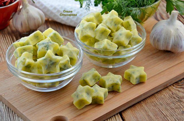 Сливочное масло растопить, отделить янтарно-желтый слой (не обязательно), добавить в него любую на Ваш вкус рубленную зелень и чеснок через пресс, дать загустеть маслу при комнатной температуре…
