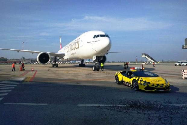 """Conheça os carrões superesportivos que atuam tanto no taxiamento de aviões quanto na luta contra o crime no """"país da bota"""".  #carros #lamborghini #alfaromeo #jeep #lifestyle #italia #europa"""