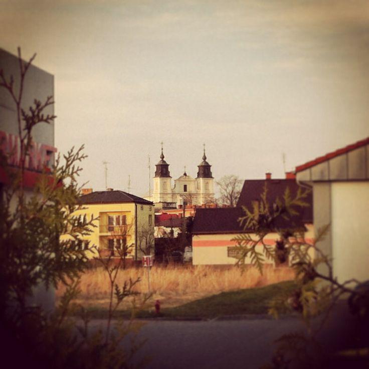 Kościól pw. Przemienienia Pańskiego, pomiędzy supermarketami.