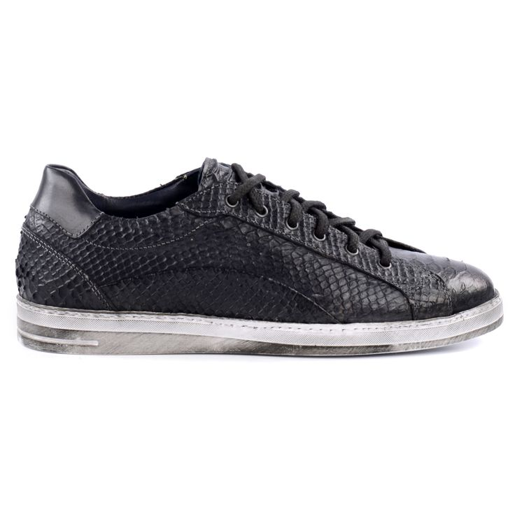 Zwarte leren heren sneakers met snake patroon en zwarte veters. De lichte zool heeft een rough effect door de donkere vegen. De binnenvoering en uitneembare binnenzool zijn van leer.