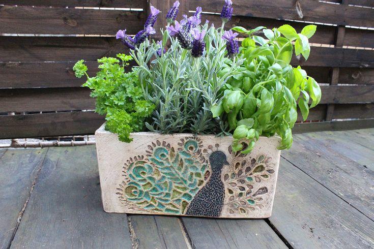 Páv+-+keramický+obal+na+květiny+Taky+pořád+řešíte,+kam+s+bylinkami,+které+si+čas+od+času+přinesete+v+zimě+z+obchodu+v+květináčku?+Teď+můžete+nevzhledné+plastové+květináčky+schovat+do+tohoto+květníku....+a+v+létě+poslouží+jako+dekorace+na+vaší+terase+nebo+balkóně...+Cítíte+tu+vůni?+Keramický+květník+s+motivem+páva.+Vitráže+různých+tónů+barev+a+tvarů...