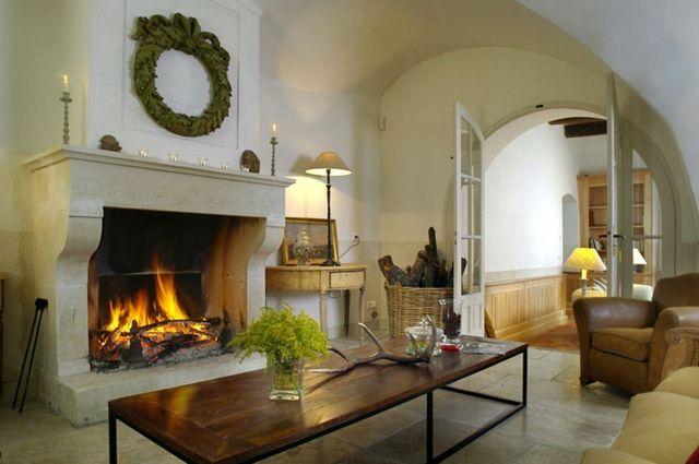 Séjour sympa à l'ambiance rustique avec une cheminée ancienne en pierre