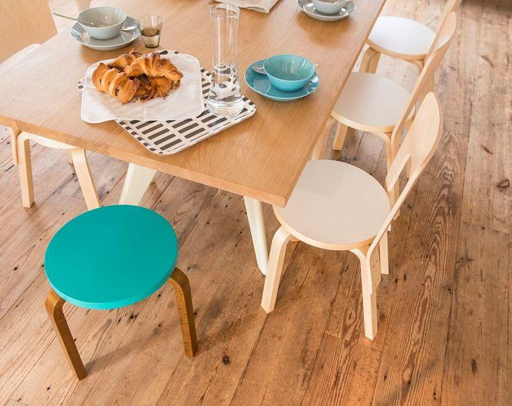 Colores de verano para los clásicos Stool 60 y Chair 66 de #Artek diseñados por el prestigioso Alvar Aalto.