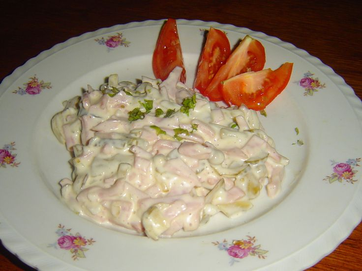 Pochoutkový salát, receptura 50145. Pochoutkový salát připravený podle tradičního receptu je kyprý, vůně a chuť je lahodná.