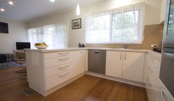 Simple and elegant - light and bright kitchen www.thekitchendesigncentre.com.au @thekitchen_designcentre