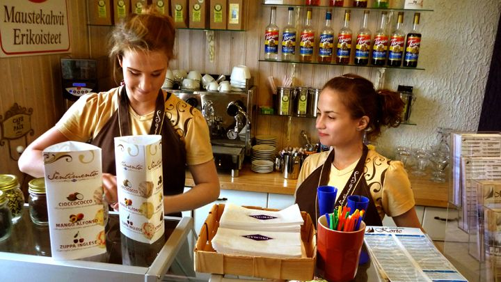 Asiointisuomea on suomen kielen ja kulttuurin opetusmateriaalia maahanmuuttajille.