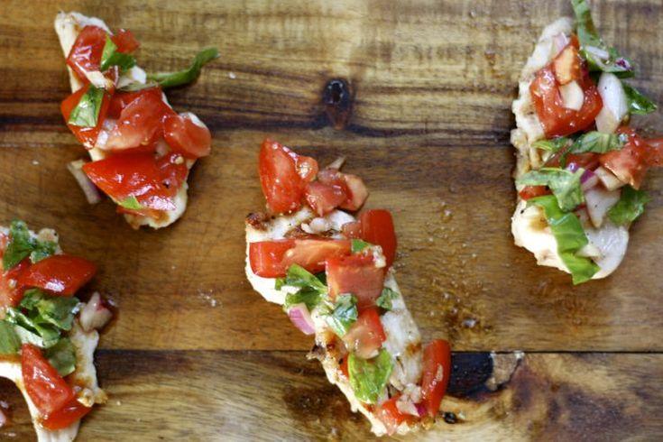 Weer iets Italiaans waar je me ongelooflijk blij mee kunt maken: bruschetta's. Die kleurrijke broodjes geven mij altijd een beetje zomers vakantiegevoel. Het st