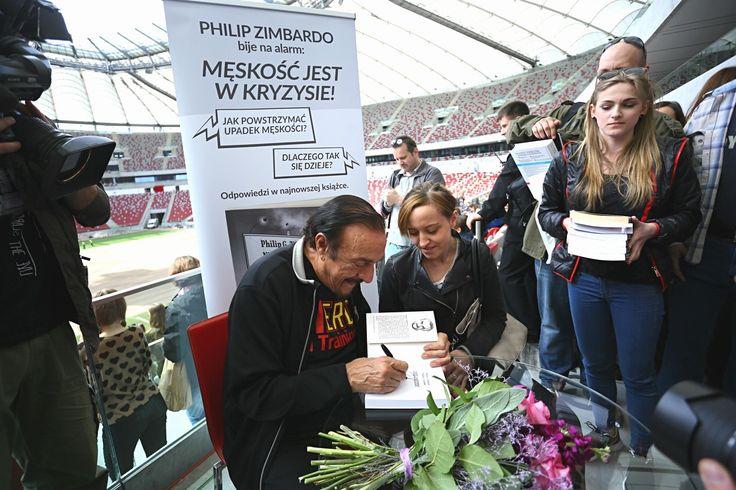 Philip Zimbardo podpisywał książki podczas Warszawskich Targów Książki na Narodowym