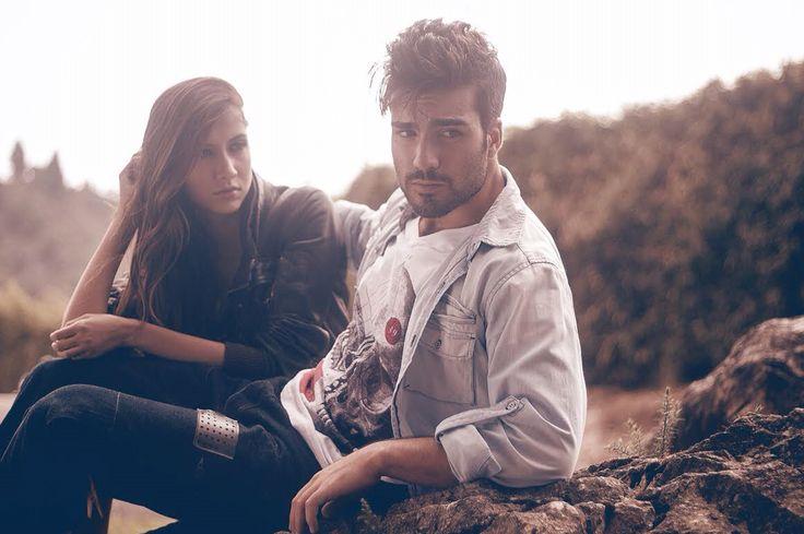 TSHIRT + VAQUERA Esta combinación no falla: camiseta blanca y camisa vaquera. Además sí la camisa de jean es clara, le darás más neutralidad a tu look. www.voltta.com.co