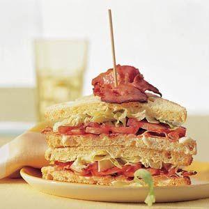 Amerikaanse BLT-sandwich met reepjes ijsbergsla