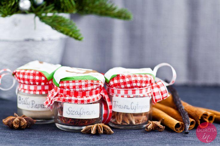Samodzielnie pakowane i dekorowane lub gotowe, aromatyczne przyprawy dla miłośników gotowania :).  http://dorota.in/jadalne-prezenty-na-boze-narodzenie/
