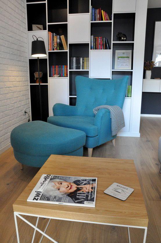 Salon, fotel z podnóżkiem, niebieki fotel, kącik do czytania, domowa bilbioteka, leżanka. Zobacz więcej na: https://www.homify.pl/katalogi-inspiracji/21742/7-lezanek-ktore-pozwola-ci-sie-zrelaksowac
