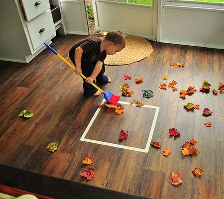 """GROVE MOTORIEK+ COGNITIEVE ONTWIKKELING: Bij herfst vallen de bladeren van de bomen! Samen kunnen we deze opruimen. Dit kan je gewoon doen in je huis/tuin/..  De kinderen vinden het leuk om """"het werk van de volwassenen"""" over te nemen. Ideaal toch?"""