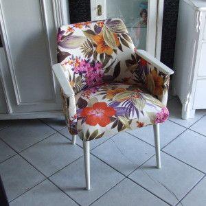 Foteliki design lat 60 tych. Fotelik bielony z przetarciami na rantach. Tapicerka kolorowe kwiaty -materiał tapicerski flok.