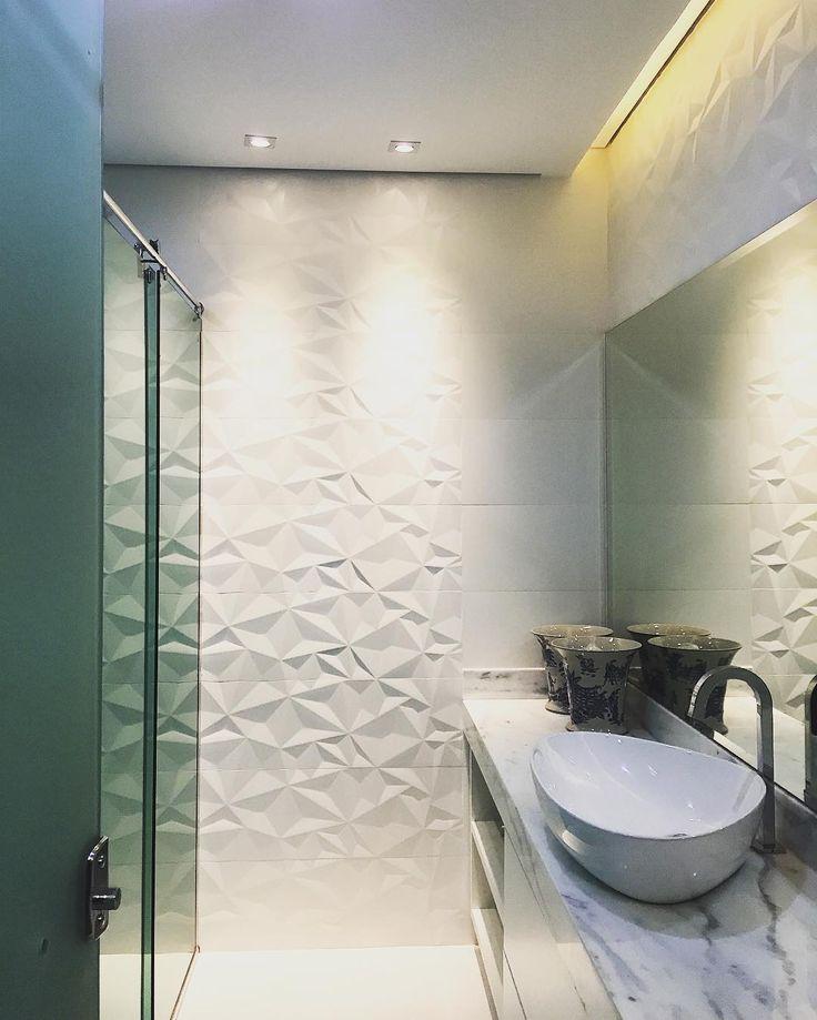 Para banheiros pequenos, a combinação de revestimento branco, box em vidro temperado e um espelho bem generoso é a melhor opção para fazer seu espaço parecer maior. Conseguir manter uma linha simples e minimalista contribui muito para deixar tudo muito sofisticado!  Projeto por • Nayara Apolinario •  > Cerâmica Portinari - Couche HD 30x90cm. Banheiro, banho, bathroom, bano, relevo, 3D, parede decorada, branco.