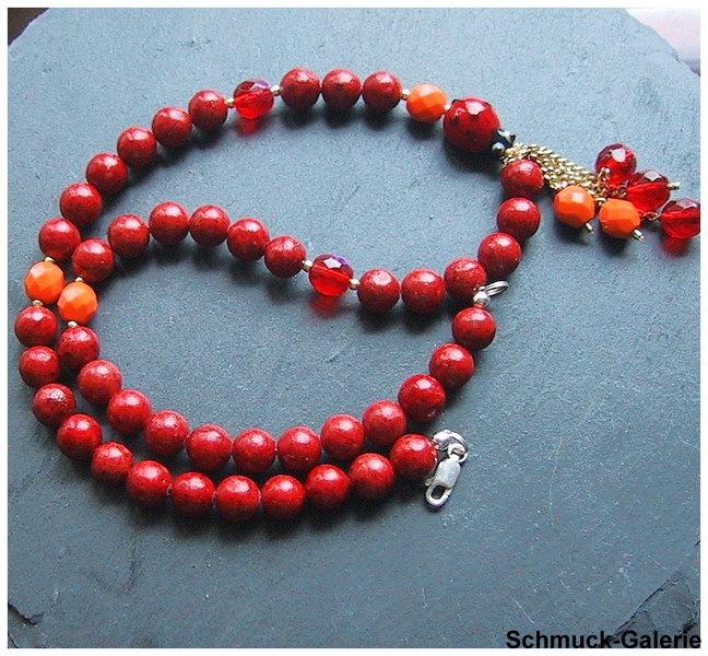 Perlen aus Schaumkoralle  edle Glasperlen in Rot und Orange  und ein kleiner Marienkäfer,  der Frühling naht.  kleine hängende Perlen ergänzen das ...
