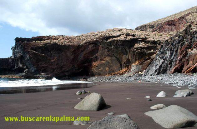 Playa El Callejoncito, en Garafía, La Palma. En invierno la playa pierde casi toda su arena por lo que es recomendable visitarla en verano.